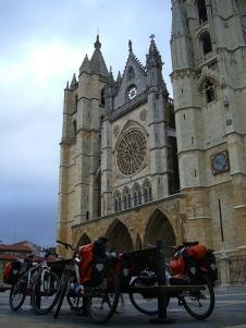 Bicis con alforjas en Catedral de León para el camino de santiago